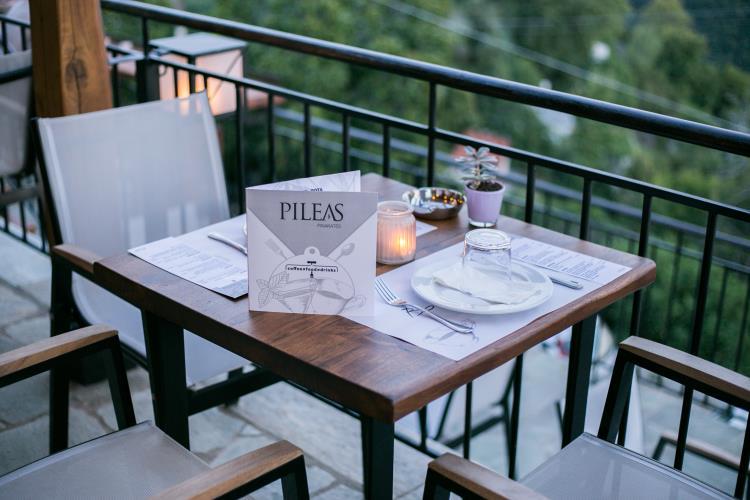 Τιμοκατάλογος σε τραπέζι σε βεράντα στο πήλιο